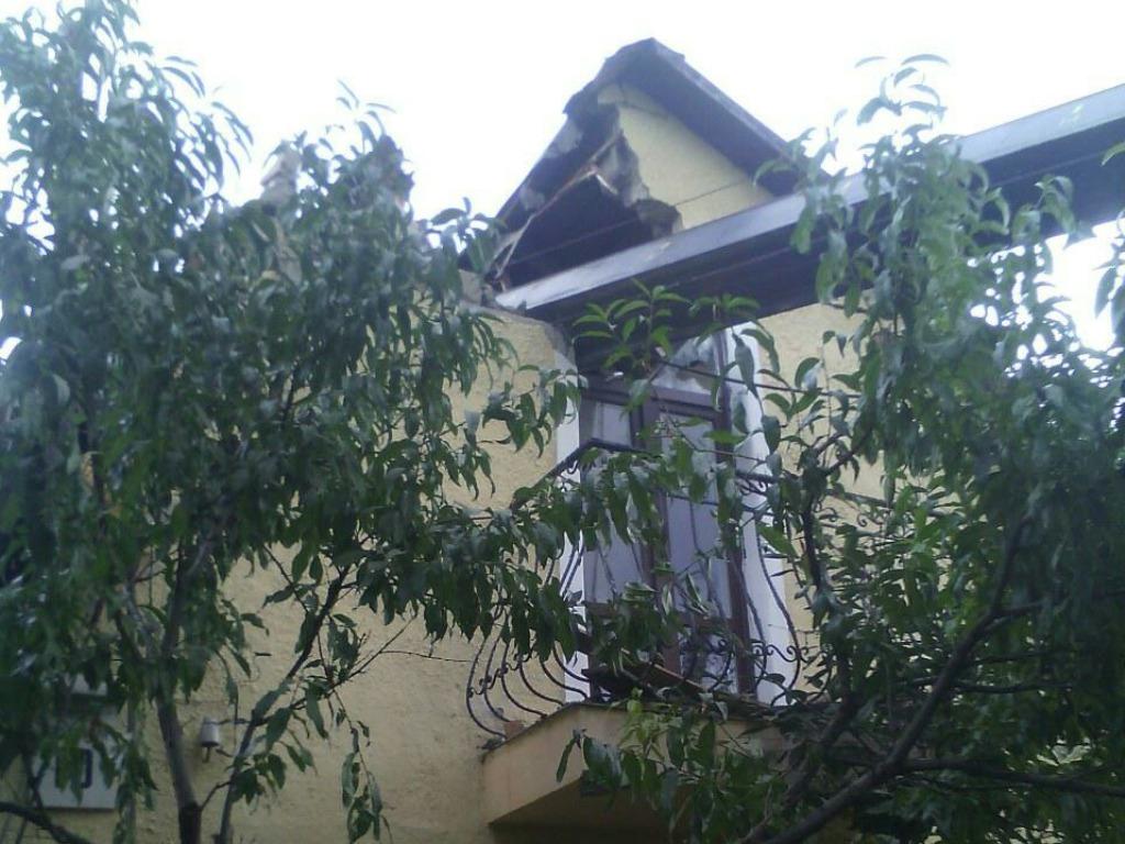 Вцентре столицы автокран рухнул накрышу дома